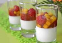 Vanillecreme mit Mango und Himbeeren in Thai-Sirup
