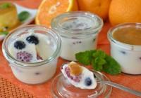 Latte Cotta mit Himbeeren und Blaubeeren und Orangensauce
