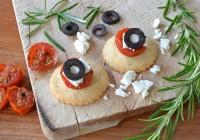 Parmesan-Rosmarin-Taler mit geschmorter Kirschtomate und Feta