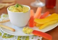 Chutney-Krabben-Dip mit Gemüsesticks und Mini-Grissini