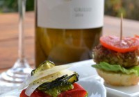 Italienischer Grillo und Millefeuille von gegrilltem Gemüse mit Pistazienpesto und Linsenburger