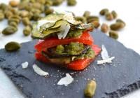 Millefeuille von gegrilltem Gemüse mit Pistazienpesto