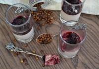 Vanille-Portweincreme mit Birnenkompott in gewürztem Holunderbeersaft