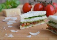 Sandwich mit Parmaschinken, Basilikumpesto, Tomate und Rucola